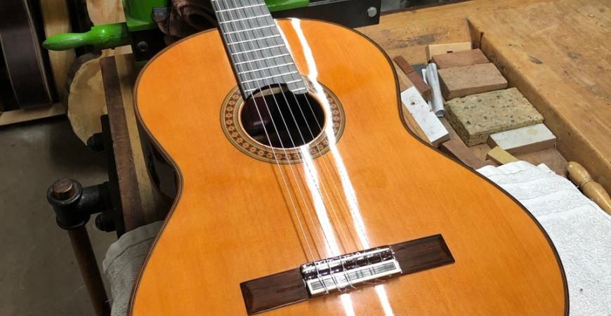 Niet op je gitaar gaan zitten :-(